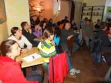 účastníci workshopu při odpolední diskuzi v kavárně (foto: Jana Laciná)