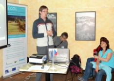 lektor Tomáš Bartonička při odpolední diskuzi v kavárně (foto: Jana Laciná)