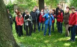 účastníci na exkurzi v parku (foto: Vlastimil Kostkan)