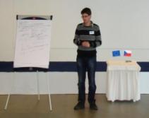 lektor Josef Kašák prezentující výsledky práce své skupiny (foto: Vlastimil Kostkan)